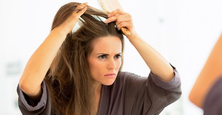Trop tôt pour des cheveux blancs? Faites-les disparaitre avec nos meilleurs remèdes maison