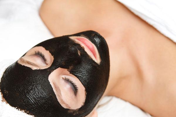 Les 3 bienfaits insoupçonnés du charbon pour le corps et la peau