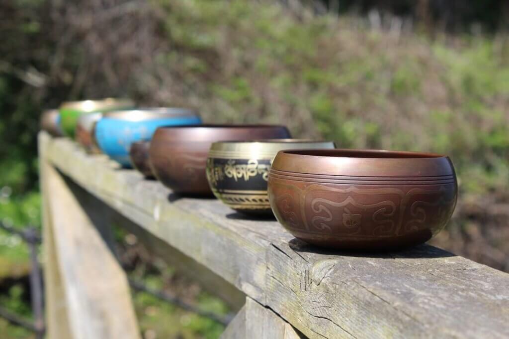 Différentes couleurs de bols chantants
